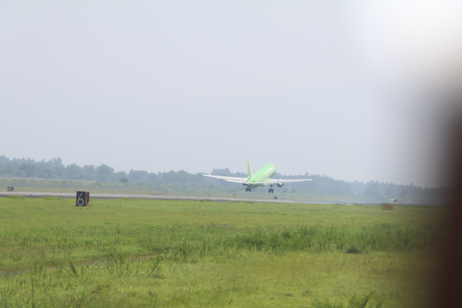 1機のジェット機が今度は離陸
