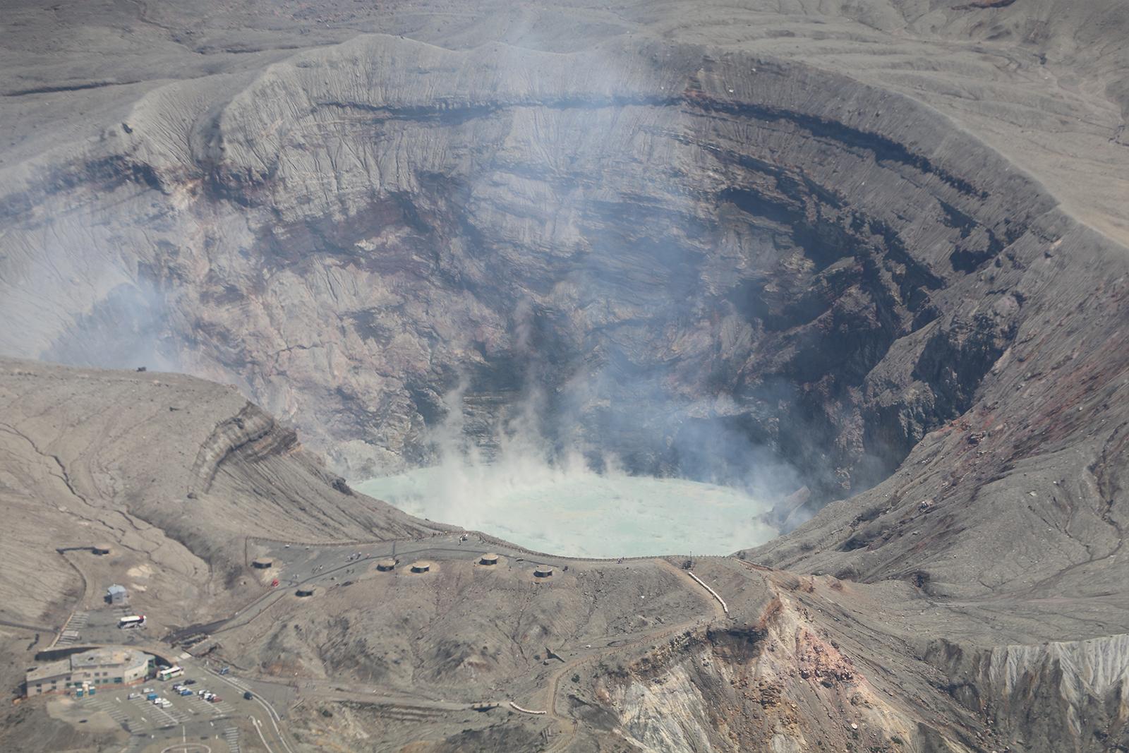 上空から見た阿蘇の噴火口。